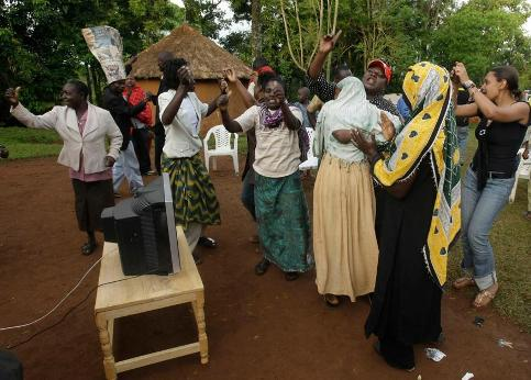 />Kogelo, Kenya</b> Dans le village de la grand-mère du candidat démocrate, on ne se prive pas pour célébrer l'avènement du premier président noir à la tête des Etats-Unis.&nbsp;&raquo; /></p> <p class=