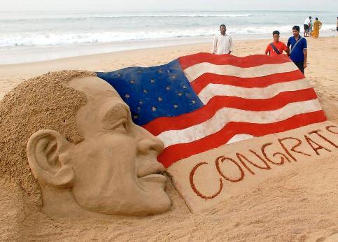 />Puri, Inde</b> L&rsquo;Inde toujours. Un scuplteur sur sable félicite Obama à sa manière.&nbsp;&raquo; /></p> <p class=