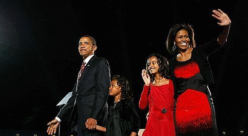 Barack Obama avec son épouse, Michelle, et leurs filles, Sasha et Malia, mardi à Chicago. L'une des rares fois où le futur président américain s'est apitoyé sur lui, c'était pour regretter que sa campagne l'ait privé de ses enfants.