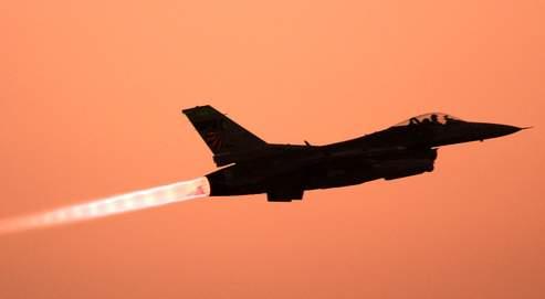 À haute altitude, un avion perce le mur du son au-dessus de 1 055 km/h, produisant un bang sonore qui le suit aussi longtemps qu'il dépasse cette vitesse.
