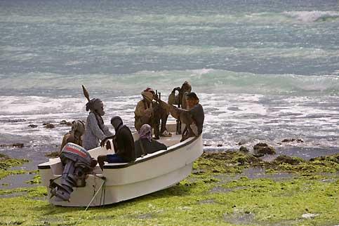 Plus de 30 prises d'otages en un an A bord de leur puissant speed-boat, les hommes des « gardes-côtes » sillonnent les mers de Somalie à la recherche d'une nouvelle proie. A leur actif : une trentaine de prises d'otages depuis le début de l'année. Et plus de 10 millions de dollars de rançon engrangés...