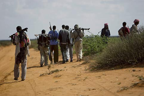 Zone de non-droit, la Somalie est un pays à hauts risques où chaque déplacement nécessite une escorte d'une vingtaine d'hommes armés.