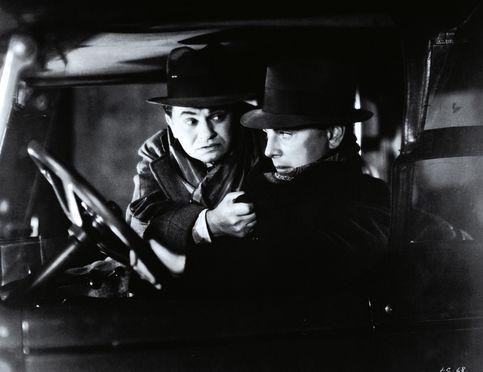 Années 1930 : la Warner s'en va-t-en guerre. Little Caesar, de Mervyn LeRoy, avec Edward G. Robinson (1931). D'un réalisme sombre, ce film initia le cycle des ''gansters movies'' de la Warner, à l'heure de la Grande Dépression.