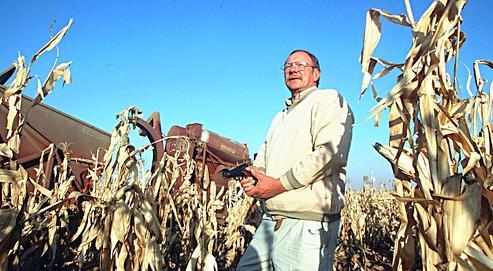 L'arme sur l'épaule,un fermier blanc du Limpopo inspecte la clôture de son exploitation au soleil couchant, près de Marken. S'ils se défendent d'être organisés en milice,la plupart des exploitants de la région font partie de groupes d'autodéfense.