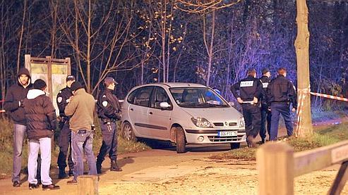 Des policiers intervenant dans le bois de Vincennes après la mort d'un SDF mardi.
