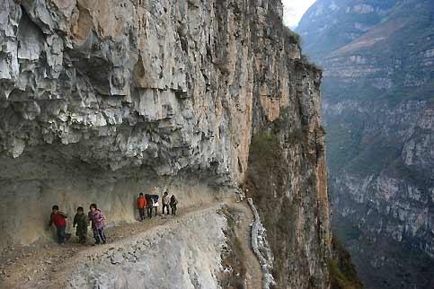 Avec leur cheval portant leurs cartables, ces jeunes élèves de l'école primaire du village de Gulu, dans le comté de Ya'an, au cœur de la province du Sichuan, au sud-ouest de la Chine, marchant dans un corridor rocheux pour rejoindre leurs parents. Membres de l'ethnie montagnarde Yi, ils vivent dans cette région reculée depuis des siècles. D'une population d'environ 6,6 millions de personnes, les Yi sont concentrés dans les provinces du Sichuan, du Yunnan et du Guizhou, ainsi que dans la région autonome du Guangxi. Leur langue, déclinée en six dialectes, appartient au groupe tibéto-birman.