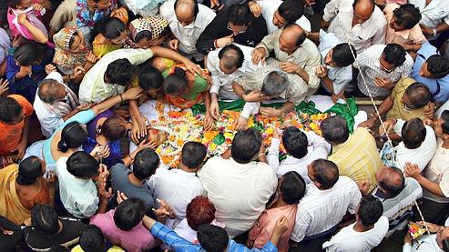 Les processions funéraires se sont multipliées dans les rues de Bombay, samedi.