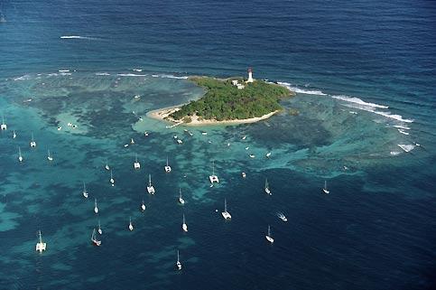 En face de Grande-Terre, l'îlet Gosier, petit coin de paradis boisé et site de plongée, avec son charmant phare et ses plages de sable fin.