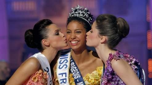 Chloe Mortaud, nouvelle miss France, entourée de ses deux premières dauphines, Camille Cheyere (droite) et Elodie Martineau (gauche). (AP Photo/Jacques Brinon)