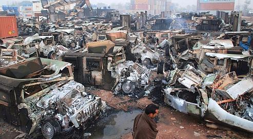 Scène de chaos au Port World Logistic. Équipés de lance-roquettes et de fusils d'assaut, 400 talibans sont arrivés vers 3heures du matin pour incendier tousles véhicules du dépôt.