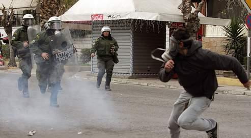 Selon Takis Théodoropoulos, ce sont «les enfants de la bourgeoisie» qui se déchaînent contre la police. Jeudi encore, des jeunes ont défié les forces de l'ordre à Athènes.