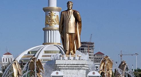 Pour rendre son pays plus présentable, Gourbangouly Berdymoukhamedov devrait notamment faire déplacer la statue en or de son prédécesseur qui tournait avec le soleil au centre de la capitale.