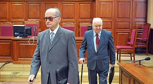 Accusé d'avoir«dirigé une association criminelle à caractère armé», le général Wojciech Jaruzelski (à gauche), ici au tribunal avec l'ancien chef du PC Stanislaw Kania, risque dix ans de prison.