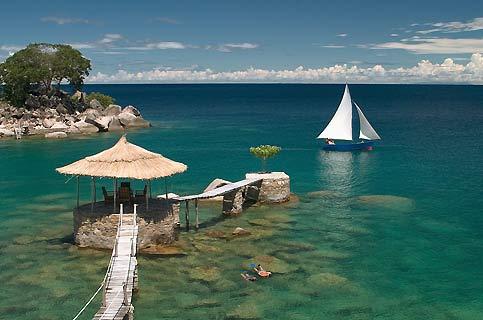 Étiré sur près de 600 km, le lac Malawi occupe un cinquième de ce petit pays, le plus densément peuplé d'Afrique. La beauté de ses paysages en fait une destination rare pour les visiteurs et une promesse d'espoir pour la population. Sur Likoma Island, Kaya Mawa montre l'exemple…