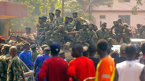 Des soldats guinéens patrouillent dans les rues de Conakry après le coup d'Etat.