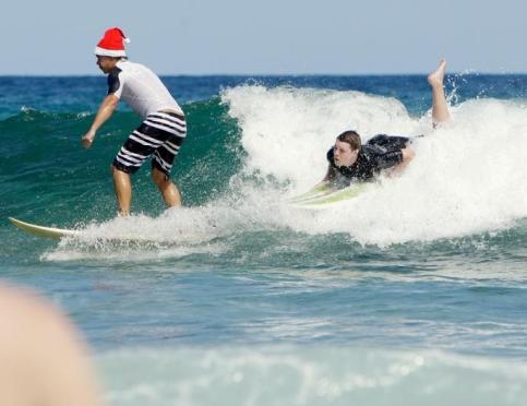 Un père Noël en train de surfer à Sydney, en Australie.