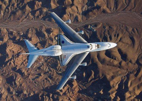 Vus du ciel, au-dessus du désert californien, la navette spatiale Endeavour et son avion porteur, un Boeing 747 modifié, ressemblant à des jouets pour enfants. Le 30 novembre dernier, la navette s'est posée après un périple de seize jours dans l'espace, dont douze amarrée à la Station Spatiale internationale (ISS), qui leur a fait parcourir 10,6 millions de kilomètres au total. Durant cette mission, Endeavour et son équipage ont livré 14,5 tonnes d'équipement pour doubler les capacités d'accueil à long terme de l'ISS, de trois à six astronautes au printemps 2009. Ils ont aussi réparé le mécanisme de rotation d'une de ses trois antennes solaires durant quatre sorties orbitales.