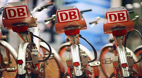 Depuis 2002, la Deutsche Bahn propose des vélos en libre-service siglés DB dans les grandes villes allemandes.