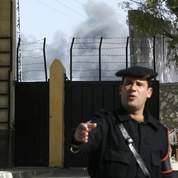 Un policier égyptien devant le point de passage de Rafah.