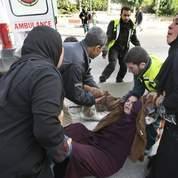 Une Palestinienne blessée est évacuée en ambulance.