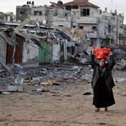 Cette vieille femme repart avec les effets personnels qu'elle a pu retrouver dans les ruines de sa maison à Gaza.