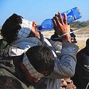 Sur ces images diffusées par l'armée israélienne, des prisonniers palestiniens, les yeux bandés, sont regroupés après leur arrestation.
