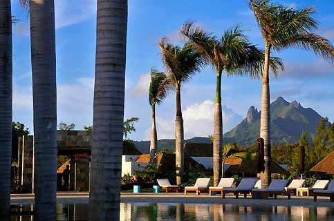 Sur l'île aux Chats, la piscine offre aux nageurs un panorama à 360° sur le site, du lagon à la montagne Bambou.