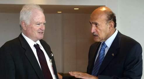 Le général de réserve israélien Amos Gilad (à gauche) discute avecson interlocuteur égyptien, Omar Souleiman, chef des renseignements.
