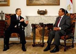 Tony Blair avec le président égyptien Hosni Moubarak, lundi, au Caire.