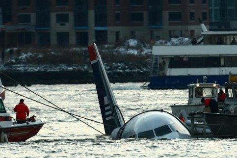 A la tombée de la nuit, l'avion a ensuite été remorqué jusqu'à un quai de l'Hudson et arrimé par des câbles.