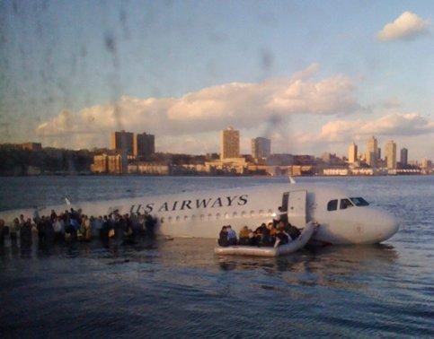 Les passagers de l'avion se sont réfugiés sur les ailes de l' A 320. Le pilote ''a parcouru l'avion à deux reprises après que tout le monde était sorti. Il a vérifié que personne ne restait à bord'' a raconté le maire de New York après s'être entretenu avec le pilote.  Photo prise par un passager d'un ferry, qui passait à ce moment là près de l'avion.