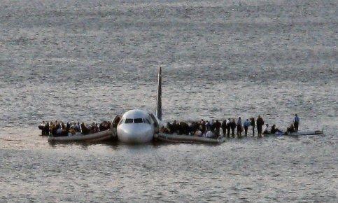 Les 150 passagers et 5 membres d'équipage qui se trouvaient à bord du vol 1549 ont tous survécu. Après s'être réfugiés sur les ailes de l'airbus, ils ont été transportés par bateaux sur les quais de New York, où fourmillaient pompiers, policiers et journalistes.