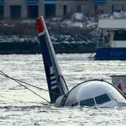 L'avion est arrimé par des câbles après l'accident (AFP).