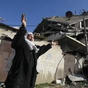 Cette habitante de Beit Lahya découvre en larmes ce qui reste de sa maison.