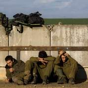 Des soldats israéliens tentent de se reposer.