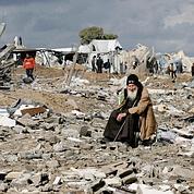 Un Palestinien se repose au beau milieu des ruines à Gaza.