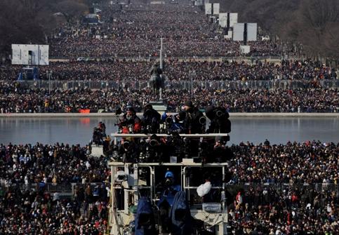 Des photographes prennent la mesure de la foule rassemblée au National Mall dans l'attente de l'arrivée de Barack Obama.