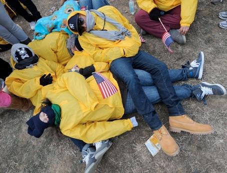 Des étudiants, <a href=''http://www.lefigaro.fr/elections-americaines-2008/2009/01/20/01017-20090120ARTFIG00009-des-centaines-de-milliers-de-fans-affluent-vers-washington-.php'' />arrivés tôt au National Mall </a>pour ne pas manquer l&rsquo;événement, se serrent les uns contre les autres pour dormir et se tenir chaud, les températures atteignant -7 °C à Washington.&nbsp;&raquo; /></font></strong></p> <p><font face=