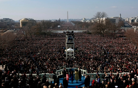 Barack Obama et sa famille, au premier plan, font face à l'immense foule réunie sur le National Mall pendant sa <a href=''http://www.lefigaro.fr/elections-americaines-2008/2009/01/20/01017-20090120ARTFIG00571-des-milliers-de-personnes-convergent-vers-le-capitole-.php'' />prestation de serment</a>.&nbsp;&raquo; height=&nbsp;&raquo;347&Prime; /></font></strong></p> <p><font face=