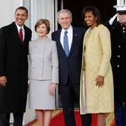 Michelle Obama est arrivée à la Maison Blanche vêtue d'une robe fourreau or pâle et d'un manteau assorti, création de la styliste américaine d'origine cubaine Isabel Toledo.