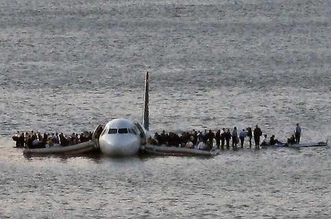 Une fin heureuse pour ce qui aurait pu être une nouvelle tragédie aérienne. La plupart des 150 passagers de l'Airbus A320 de la compagnie US Airways qui s'est abîmé dans l'Hudson, près de l'aéroport de New York La Guardia, sont sains et saufs et attendent leur évacuation sur les ailes de l'appareil. La collision en basse altitude avec un vol d'oiseaux ayant gravement endommagé les réacteurs, le pilote Chesley Sullenberg s'est posé en catastrophe sur les eaux glacées du fleuve. L'accident n'aura pas fait de blessés graves, seules une quinzaine de personnes ont été hospitalisées.