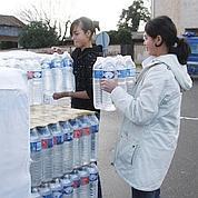 Les riverains privés d'eau ont pu bénéficier de bouteilles gratuites fournies par les municipalités.
