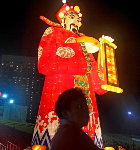 A Singapour, ce géant est censé porter chance pour la nouvelle année. (Maye-E/AP)
