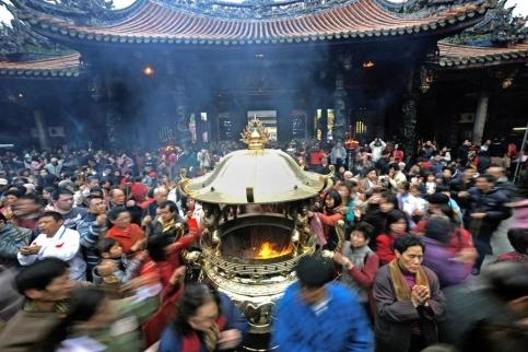 La foule se presse au Temple Lung Shan de Taipe, à Taïwan, pour formuler ses vœux le jour du Nouvel An chinois. (Yeh/AFP)
