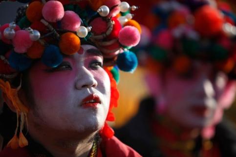 A Pékin, ces danseurs se préparent à ouvrir les cérémonies du Nouvel An. (Dalziel/AP)