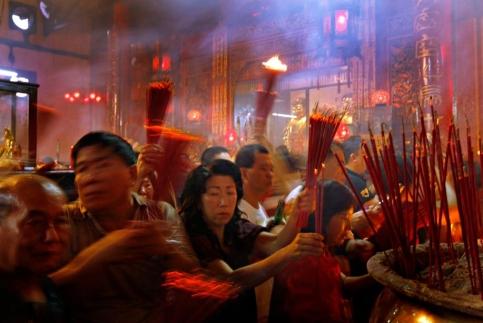 En Indonésie aussi, les fidèles font des offrandes pour bien démarrer l'année. (Wray/AP)