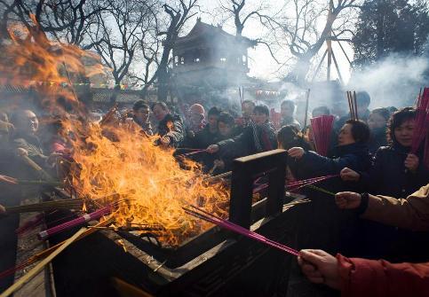 A Pékin, des dizaines de Chinois brûlent des bâtons d'encens dans un temple pour célébrer le premier jour du calendrier chinois.