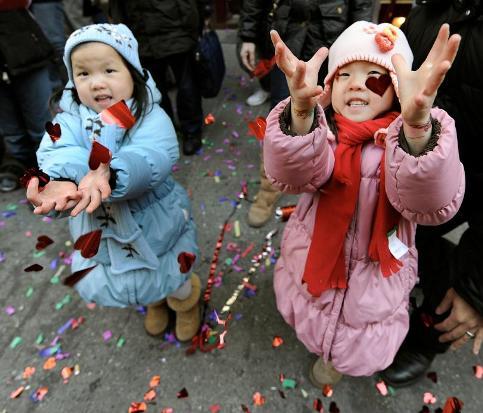 Ces deux petites filles participent aux festivités organisées dans le gigantesque quartier de ''China Town'' à New York, où la population chinoise représente plus de 200.000 personnes.