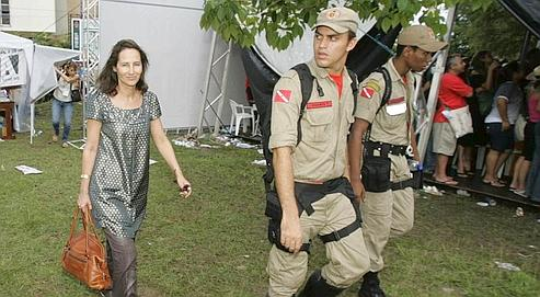 Depuis le Brésil, Ségolène Royal (ici à Belém, jeudi) écrit qu'il «n'y a pas de barrière infranchissable entre ces trois composantes que sont la gauche de gouvernement, les mouvements sociaux, et l'extrême gauche».