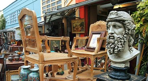 a guide to les puces the oldest flea markets in paris atlas obscura. Black Bedroom Furniture Sets. Home Design Ideas